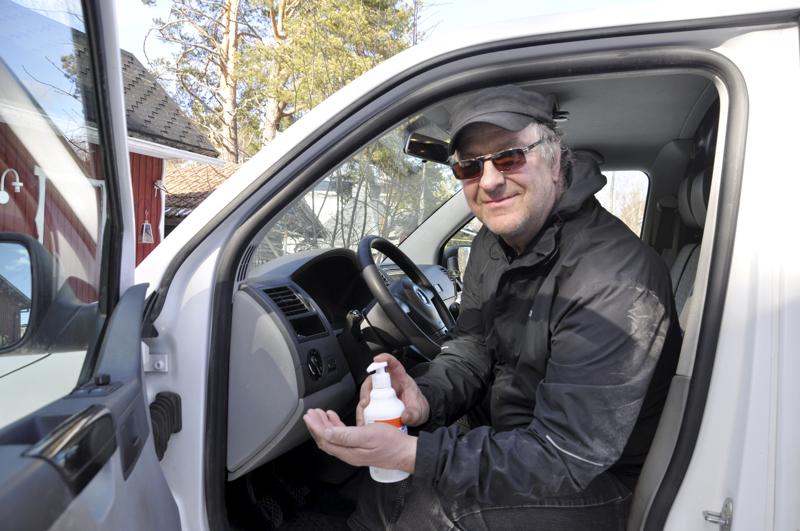 Puhtain käsin. Maalaisjärjellä mennään, toteaa vanhusten ateriapalvelun ruokakuljettaja Juha Koskela Lestijärveltä. Autoa saa nyt puhdista tiheästi eikä asiakkaiden kanssa jäädä juttelemaan.