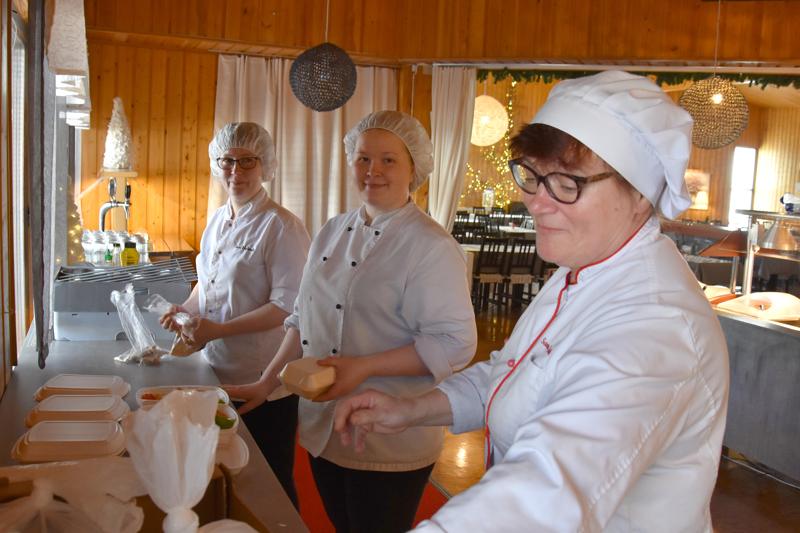 Taas yksi reissu lähdössä. Sari Huhtala, Emilia Kivioja ja Sanna Saarikoski pakkaamassa aterioita valmiiksi koteihin.