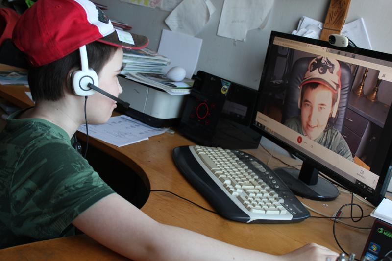 Manu Jaakko Mikael käy Raumankarin koulun neljättä luokkaa. Poikkeuksellisesti opiskelu tapahtuu näinä viikkoina kotona tietokoneen ääressä. Koronaa poika ei pelkää. Hän toteaa, ettei epidemia ole vaarallinen nuorelle terveelle ihmiselle.