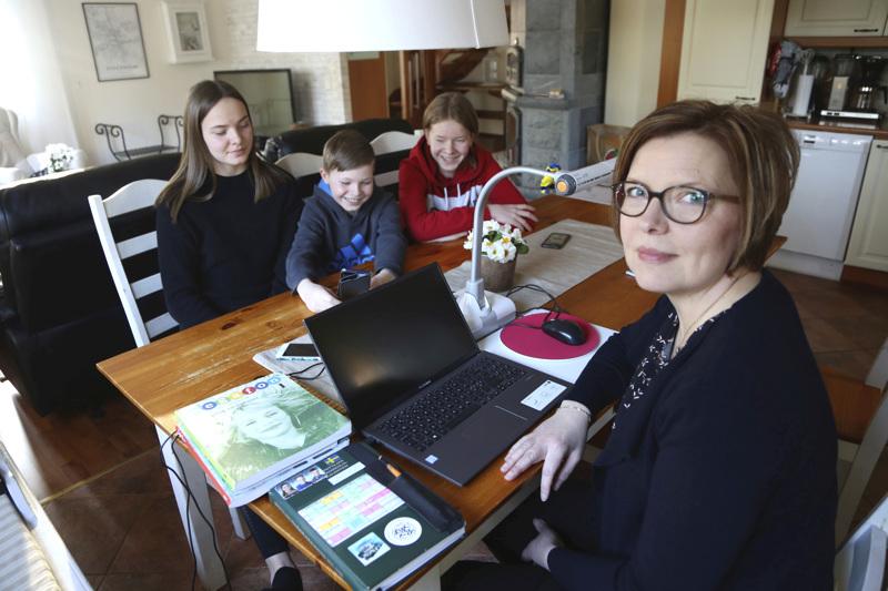 Fanny, Topias ja Santeri Salmela tekevät kotikoulupäiviensä tehtäviä lähinnä omissa huoneissaan. Ruotsia ja englantia Vetelissä opettava Marianne Salmela perusti työpisteensä keittiön pöydän ääreen.