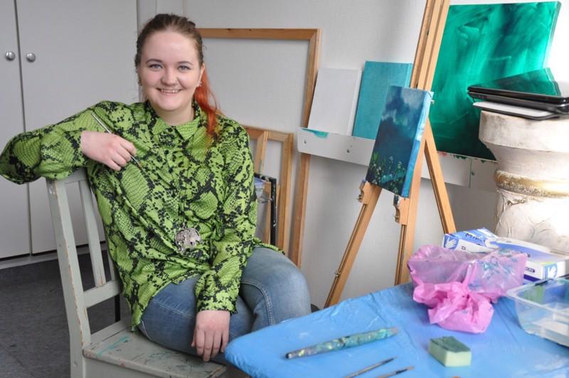 """Mira Roivaisen työhuone sijaitsee Pormestarinkadulla melkoisessa """"taiteiden talossa"""". Siellä on taidegallerian lisäksi työtilat kahdella ammattikuvataiteilijalla, valokuvaajalla, tatuoija-taiteilijalla sekä toimisto myös kirjoittajayhdistys Pränttäreillä ja Kustannusosuuskunta Länsirannikolla"""
