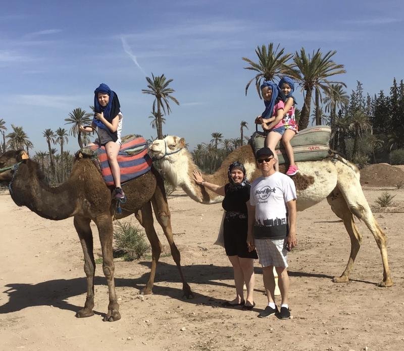 Ira Toppisen perhe kamelikaravaanilla Marokossa maaliskuun alussa.