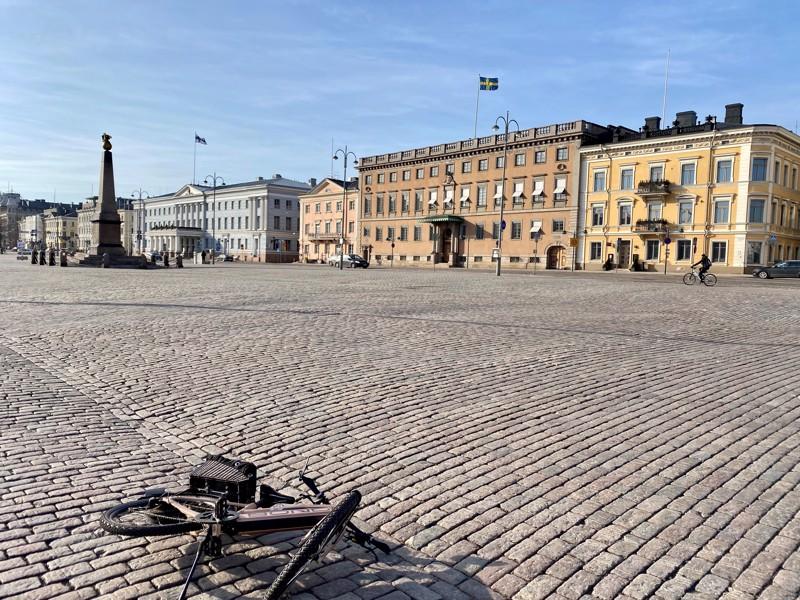 Joku on heittänyt polkupyöränsä Kauppatorin laitaan. Taustalla Ruotsin suurlähetystö ja Helsingin kaupungintalo päivänä, jonka päätteeksi hallitus ilmoitti sulkevansa Uudenmaan koronaviruksen takia.