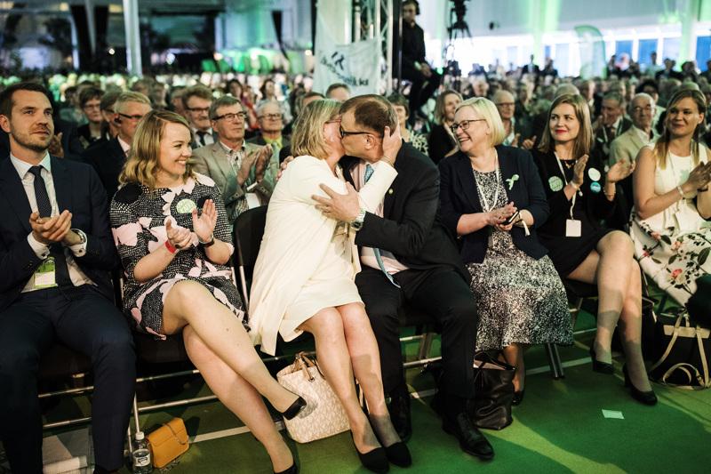 Keskustaväki Sotkamossa kesällä 2018. Silloin puheenjohtaja Juha Sipilä uusi mandaattinsa. Ylimääräinen puoluekokous pidettiin jo seuraavana vuonna syksyllä Kouvolassa, jossa Katri Kulmuni tarttui ohjaksiin.