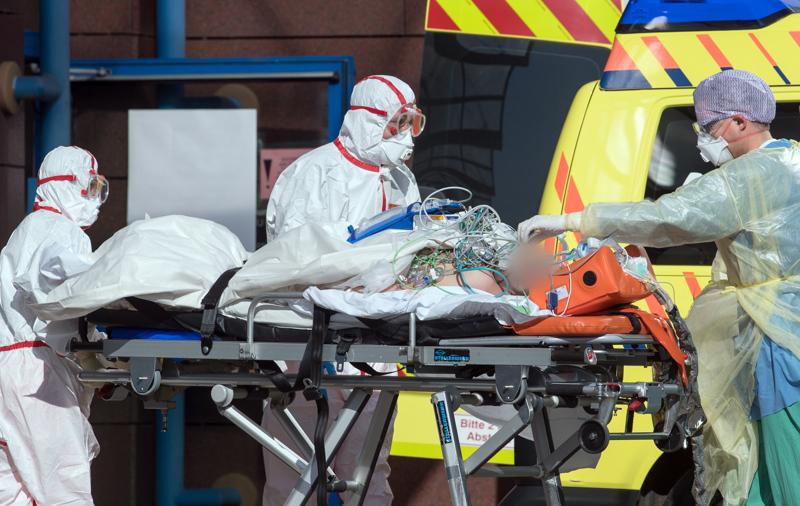 Koronaviruksesta kärsivä potilas pääsi hoitoon Leipzigin sairaalaan Saksassa. Maa pyrkii vastaamaan terveydenhuollon henkilöstöpulaan ulkomaalaisten lääkäreiden ja hoitajien avulla.