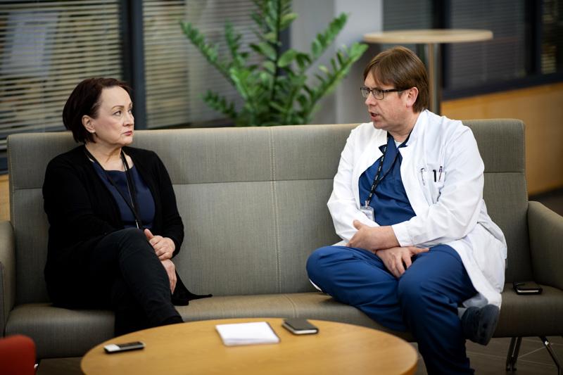 Johtajaylilääkäri Pirjo Dabnell ja infektiosairauksien ylilääkäri Marko Rahkonen keskustelemassa koronatilanteesta Soiten alueella.
