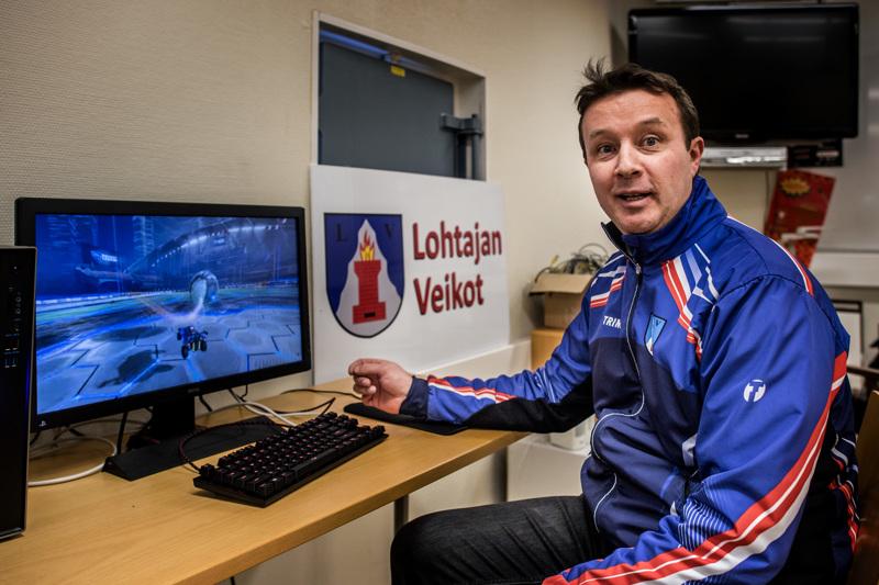 Idean isä Janne Jukkola Lohtajan Veikkojen pelipaikalla. Kun kuva keskiviikkona otettiin, pelaajat pysyivät jo kotikoneillaan.