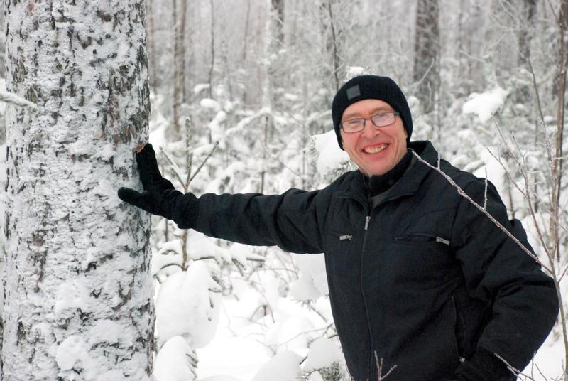 Nivalalainen Juhani Kumpusalo on vahva metsäalan vaikuttaja alueella. Hän on sekä Metsänhoitoyhdistys Pyha-Kalan hallituksen että yhteismetsän hoitokunnan puheenjohtaja.