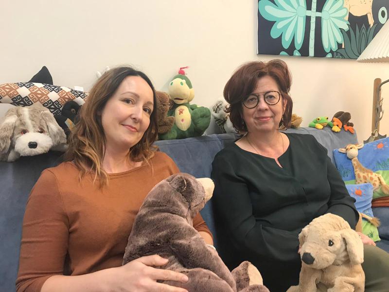 Suvi Pokela ja Arja Seppälä kertovat, että puhelimitse perheet saavat apua moneen asiaan matalalla kynnyksellä.
