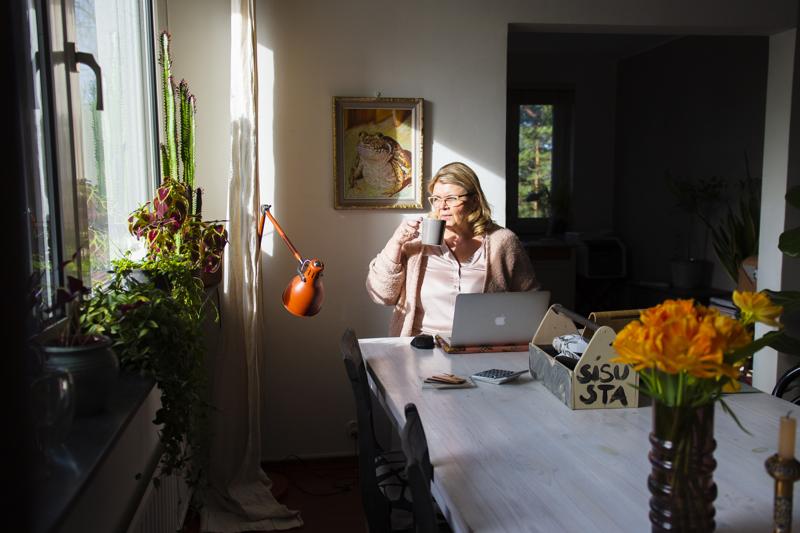 Sisustussuunnittelija Malla Tapio työskentelee aina kotitoimistossaan. -Minulla on ihannetilanne, sillä olohuoneessa on iso pöytä, johon on mahdollisuus levitellä materiaaleja, hän sanoo. Mittanauhan, hiiren ja muita työvälineitä hän säilyttää työkalupakissa, jonka kerää päivän päätteeksi pois näkyvistä.