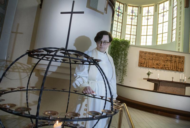 Riikka Reina sytytti kynttilän ensimmäiselle suomalaiselle koronaviruksen uhrille.