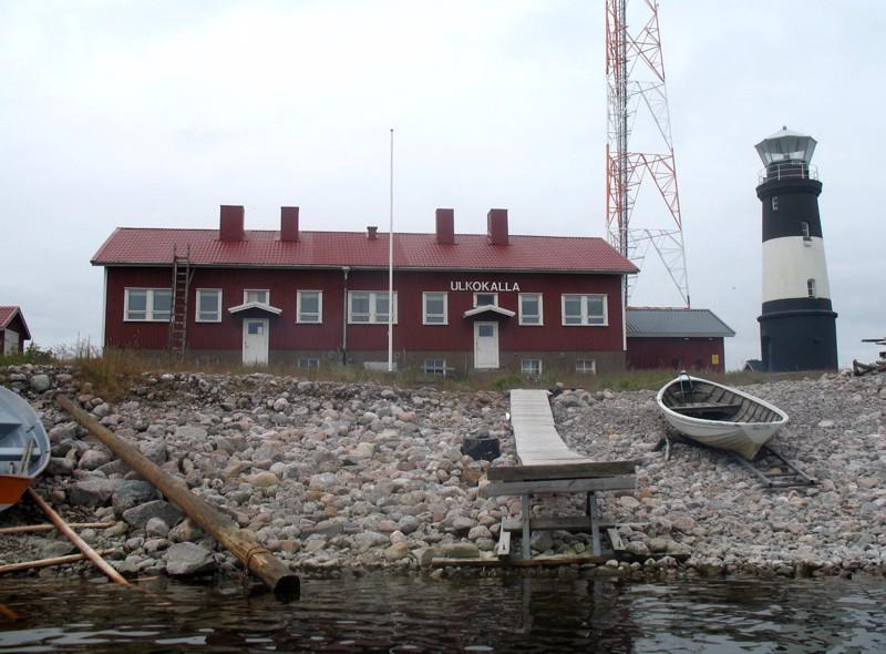 Pieni Ulkokallan saari sijaitsee Kalajoen edustalla noin 20 kilometrin päässä rannasta. Majakan vieressä on entinen majakanvartijoiden talo.
