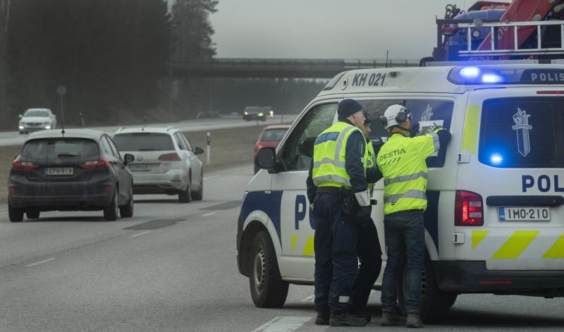 Perjantaina illansuussa Uudenmaan rajojen sulkemista valmistelivat useat nosturiautot ja sulkemista valvoivat poliisipartiot.