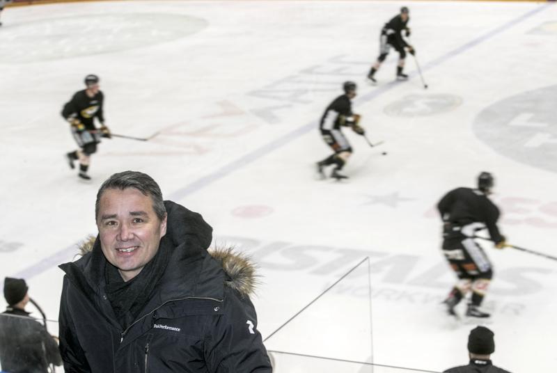 Urheilutoimenjohtaja Harri Aho helmikuussa Raksilan hallissa, jonka jäällä Kärppien liigaryhmä tuolloin harjoitteli.