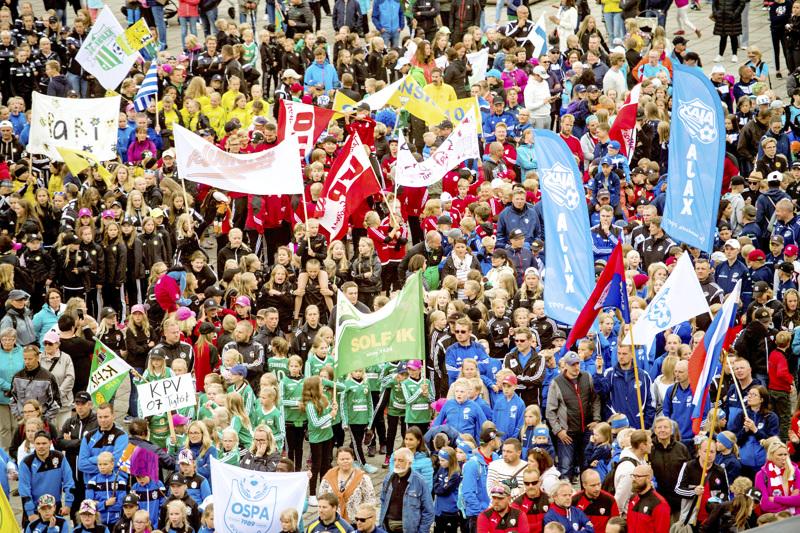 Kokkola Cup on tuonut vuosittain satoja juniorijoukkueita heinäkuussa Kokkolaan. Kuva vuoden 2017 turnauksen avajaisista.