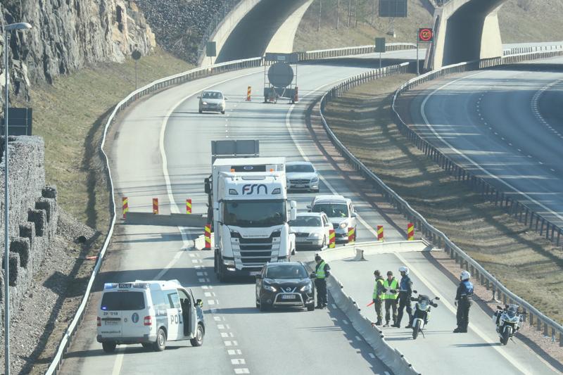 Poliisi pysäytti autoilijoita puhutusta varten Uudenmaan rajalla Lohjalla lauantaina aamupäivällä.