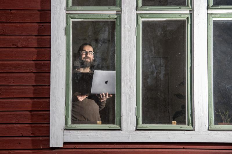 Kokkolalainen Kalle Soukka on it-alalla työskentelevä ratkaisukonsultti. Usein hän hakee ratkaisuja kotinsa ikkunan takana, etätöitä tehden.