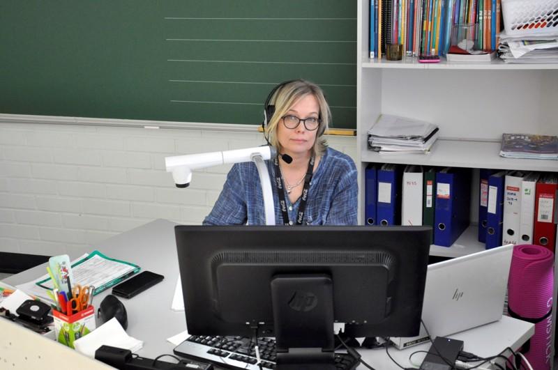 Työkalut hallussa. Kuusiston koululta on lainattu käyttöön tietokoneita ja kuulokkeita niille oppilaille, jotka tarvitsevat niitä opetukseen osallistumiseen, kertoo Kaija Soini. Hänelle classroom-digiopetusympäristö on matematiikan, fysiikan ja kemian opetuksessa ennestään tuttu.