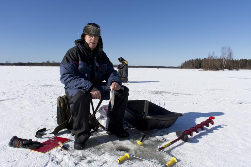 Jarmo Vasalampi pilkkii etenkin siikaa ja saikin maanantaina hyvän kokoisia vonkaleita. Hän on tietoinen, että pienikokoiset siiat tulee päästää kasvamaan.