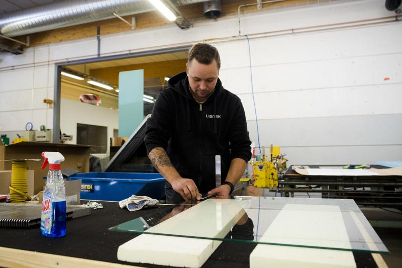Lasitekin toinen yrittäjä Niko Pihlajaniemi kasasi maanantaina isoa satsia suojalaseja Etelä-Suomeen lähetettäväksi.