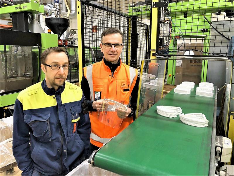 Johnny Vesterlund toteutti cnc-operaattorina kehityspäällikkö Sören Strandvallin laatimat muutokset vanhaan muottiin, jota voidaan käyttää  Prevexillä suojavisiirien sankojen valmistukseen upouutta muottia odotellessa.