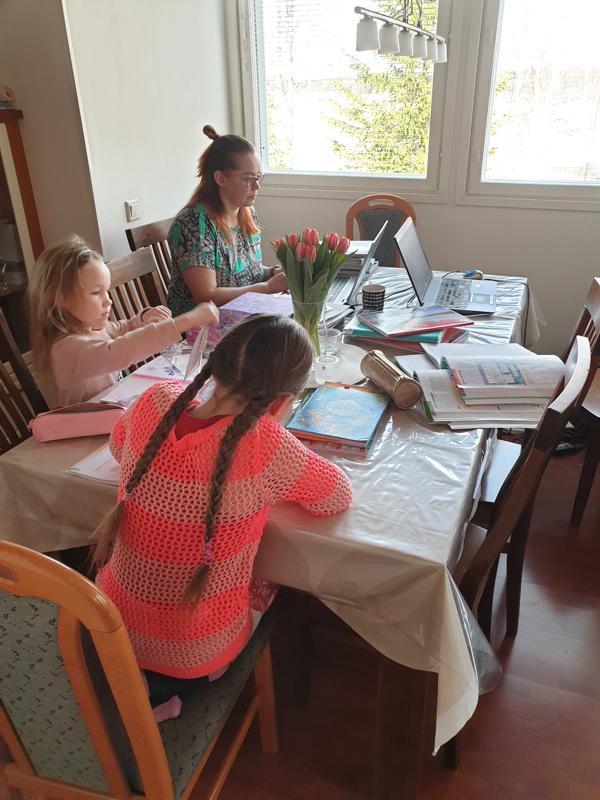 Etäopiskelu alkaa pikkuhiljaa muotoutua rutiiniksi. Skantzien perheessä Haapajärvellä etäkoulu ja -työt hoituvat saman pöydän ääressä.
