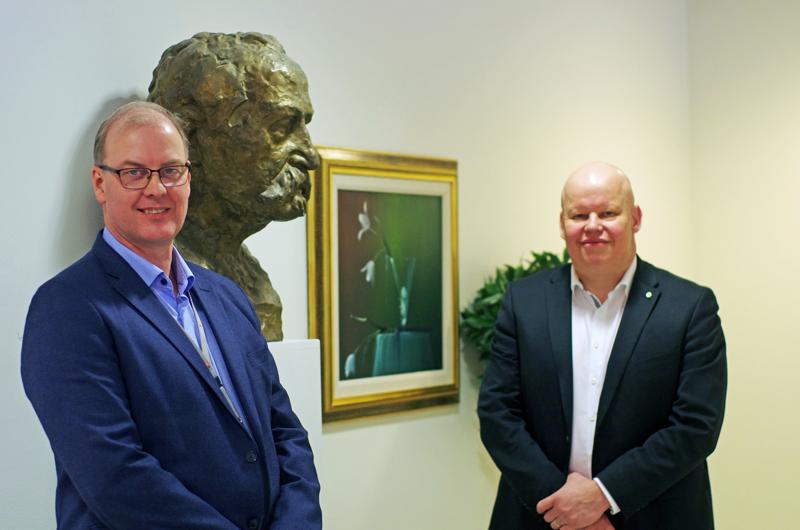 Uusi ja vanha rahoitusjohtaja, vasemmalla Jouko Isosaari ja oikealla Jussi Kuittinen. Johtajavaihdosta seuraa pankin perustajajäsen Kyösti Kallio rintakuvana.