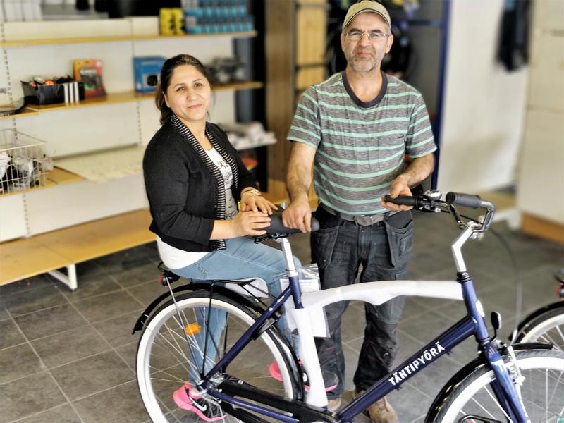 Shiraga Sediqi vaimonsa Fazilah Rezayan kanssa polkupyöräkorjaamon ja -myymälän avajaisten kynnyksellä uudessa osoitteessa.