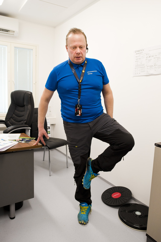Toinen hyvä tasapainoharjoitus on yhdellä jalalla seisominen 10–15 sekunnin ajan. Myös siihen kannattaa ottaa kädellä tukea.