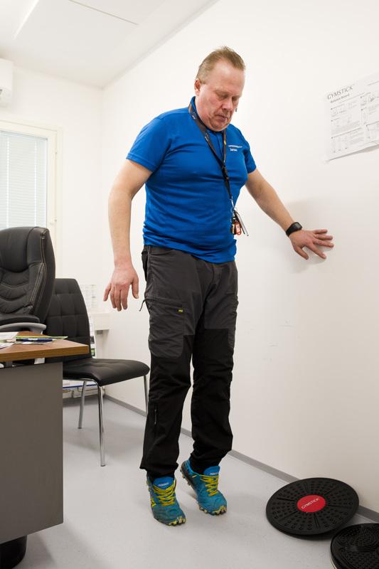 Tasapainon kannalta hyviä liikkeitä ovat varpaille ja kantapäille nousut. Pystyssä pysyäkseen kannattaa ottaa tukea seinästä.