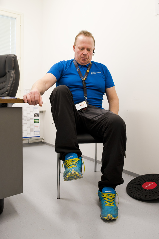 Tuolin avulla voi jumpata myös vatsalihaksia nostellen jalkoja. Liikettä voi vaikeuttaa nostamalla molemmat jalat yhtä aikaa.