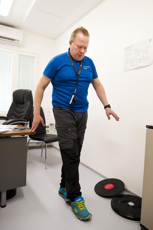 Tipukävely on toinen hyvä tasapainoharjoitus. Kotona voi lähellä lyhyin askelin esimerkiksi maton reunaa pitkin.