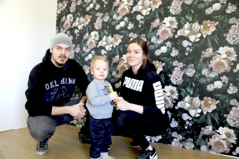 Taloon valitut tapetit ovat muuten mustavalkoiset, mutta Tuomas Puronaho ja Veera Björkbacka valitsivat yhteen kamareista värikkäämmän kukkatapetin. Olohuoneen vieressä sijaitsevasta huoneesta tulee ainakin aluksi leikkihuone Reinolle.