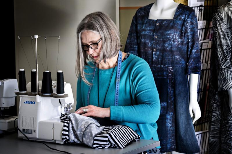 Kun vanhasta lähdetään tekemään uutta, kannattaa miettiä jo olemassa olevan vaatteen rakennetta ja ominaisuuksia ja hyödyntää niitä, vinkkaa Kokkolan seudun opiston suunnittelijaopettaja Päivi Makkonen.