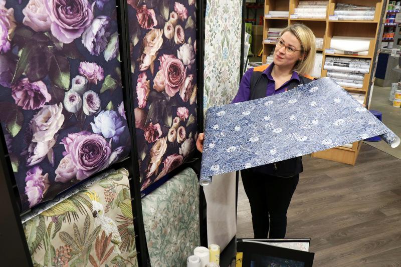 Kevään tapetettitrendeissä hehkuvat näyttävät kukkakuosit, kertoo Heidi Björkbacka Kaustisen K-raudasta.