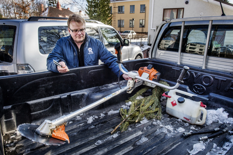 Metsänomistaja Timo Lankila Kokkolasta harventaa taimikoita raivaussahallaan.