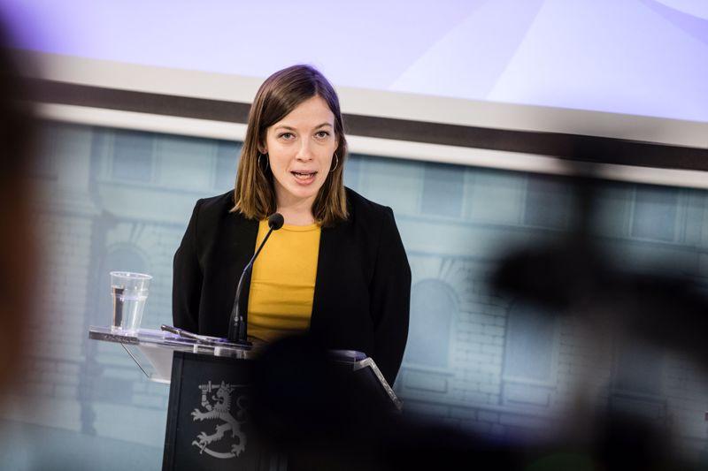 Opetusministeri Li Anderssonin mukaan ylioppilasjuhlille ja valmistujaisjuhlille saatetaan yrittää etsiä uusi yhteinen päivämäärä ajalta, jolloin koronakriisi on hellittänyt.