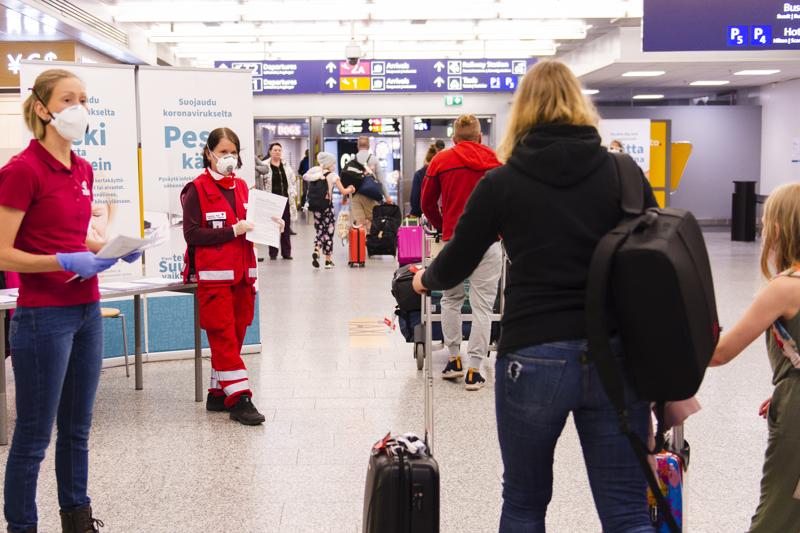 SPR:n vapaaehtoiset aloittivat Helsinki-Vantaan lentoasemalla tiedon jakamisen koronaviruksesta viime viikon alussa. Sitä ennen yli 200000 lentomatkustajaa sai viime viikkoon asti kulkea lentokentän kautta Suomeen käytännössä ilman minkäänlaisia toimia.