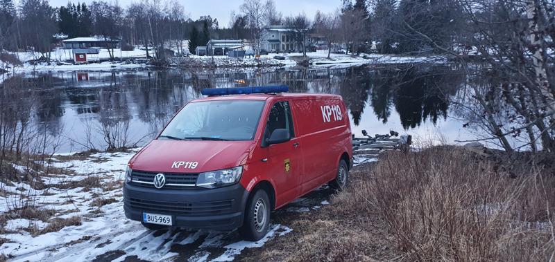 Pelastuslaitoksen ajoneuvo ja venetraileri oli ajettu torstai-iltana Perhonjoen rantaan Rödsössä Kokkolassa