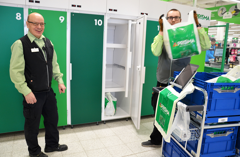 Osuuskauppa KPO tarjoaa verkkokauppaostosten kuljetuspalvelua Typön ja Raution kyläkeskuksiin. Kuvassa Ylivieskan Prisman myyntipäällikkö Tarmo Möykkymäki ja kotiin tuotavista palveluista vastaava myyjä Juho Heikkilä noutopisteen edessäTarmo Möykkymäki kertoo, että noutokauppa on lisääntynyt  hurjaa vauhtia ensimmäisten viikkojen aikana. Seuraavaksi on tulossa kotiinkuljetus. Noutomyynnistä vastaava myyjä Juho Heikkilä viemässä asiakkaalle tuotteet noutopisteeseen.