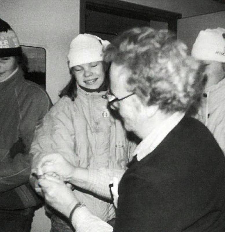 """Sirkka Niemelä rokottaa koululaisia. Hän oli virassa jo """"aasialaisen"""" aikana."""