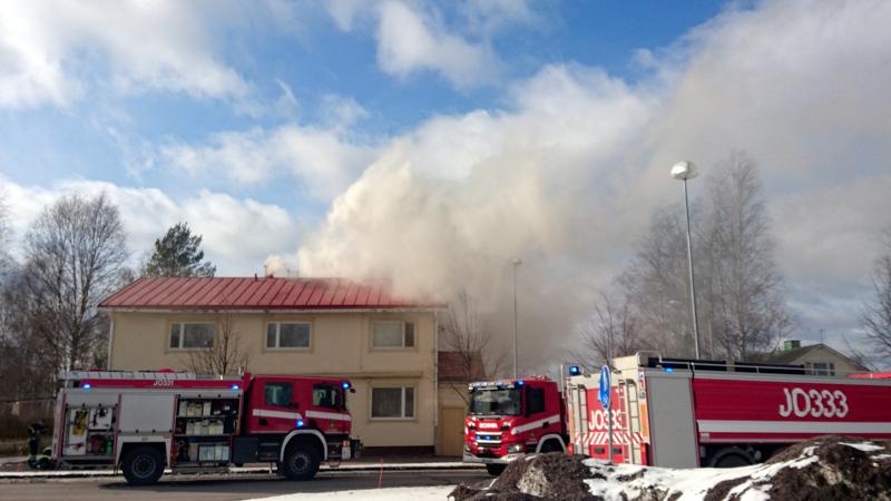 Rakennus on tulessa Keskuskadulla Oulaisissa.
