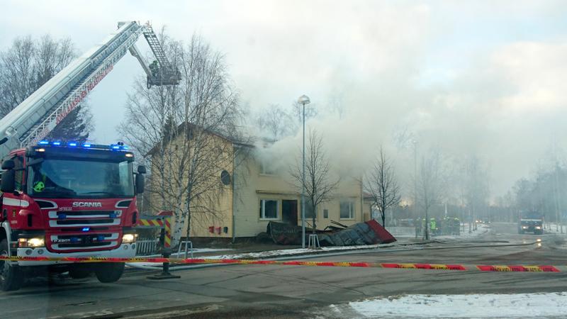 Tulipalossa tuhoutunut talo sijaitsee Oulaisten keskustassa.