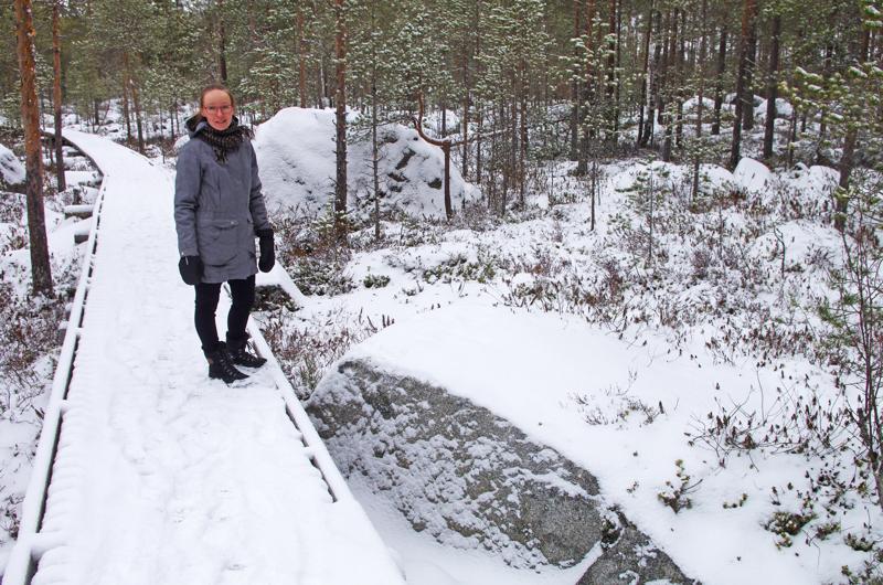 Tanja Kaarlela historiikkinsa alkulähteillä Kivenhakkaajan luontopolulla. Sen varrella on jääkauden jättämiä siirtolohkareita, joista osa on kadonnut porakivinä maailmalle.
