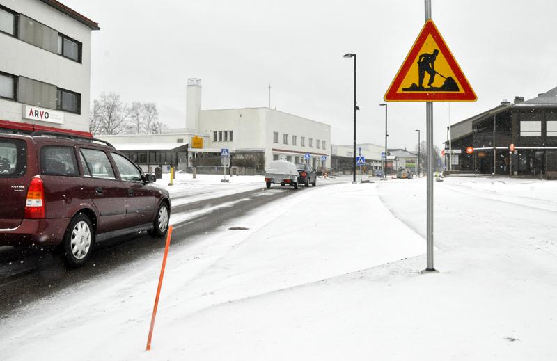 Kauppakadulla korotetaan alkavien katutöiden aikana Juurikoskenkadun risteysalue. Sen toivotaan laskevan autojen ajonopeuksia, jotta turvallinen kulkeminen vilkkailla  suojateillä Kauppakadun yli helpottuu.