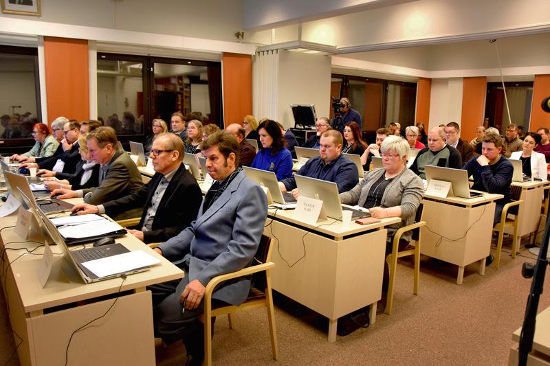 Kaupunginvaltuuston kokouksissa istutaan normaalioloissa tiiviisti. Se ei tule poikkeusaikana kysymykseen. Kuva on 17. helmikuuta kokouksesta.