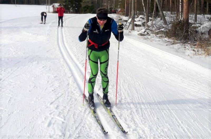 Kokenut pitkien matkojen hiihtäjä Jukka-Pekka Ojala lykki sata kilometriä tasatyönnöllä.