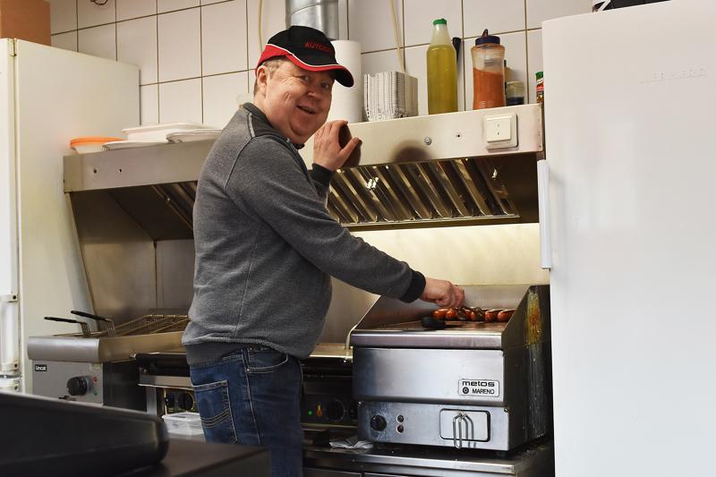 Autogrilli on Haapavedellä tällä hetkellä ainoa paikka, josta saa arkena noutolounasta ilman etukäteen tilaamista. Yrittäjä Jouni Kukonlehto kertoo, että viikonloppuaukioloja grillillä on lyhennetty Marjuskan mentyä kiinni.