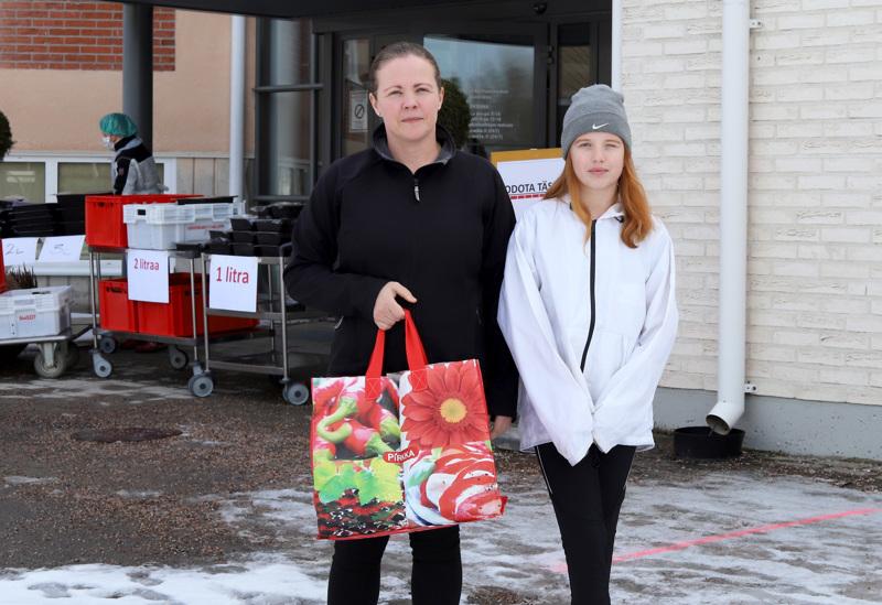 Sari Inkala haki tyttärensä kanssa ruokajakelusta ruokaa kahdelle kouluikäiselle lapselleen. Ruokajakelu vapauttaa äidin aikaa arjessa myös omiin opiskeluihin.