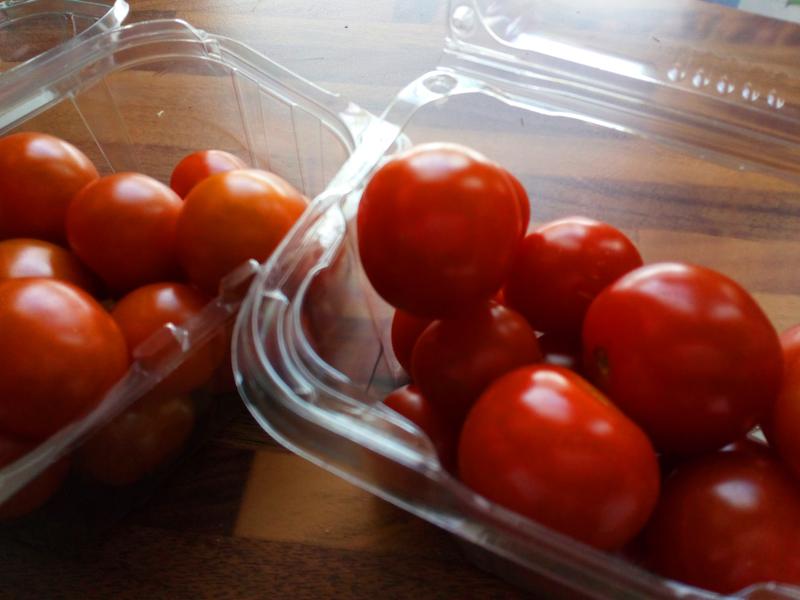 Takapakki muovin välttelyssä. Olen ryhtynyt ostamaan valmiiksi pakattuja tomaatteja.